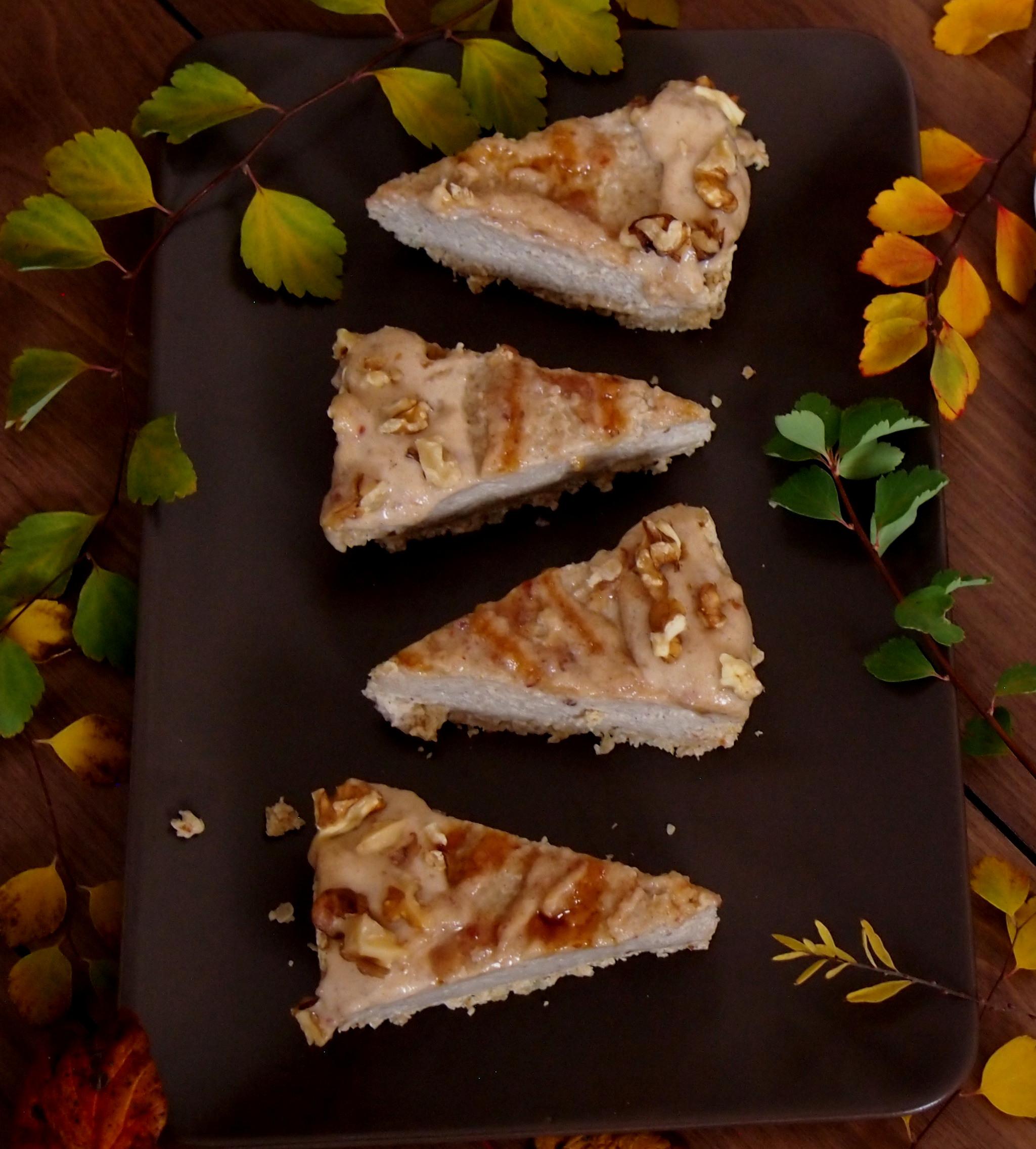 Veganer Käsekuchen mit Datteln und Tahin