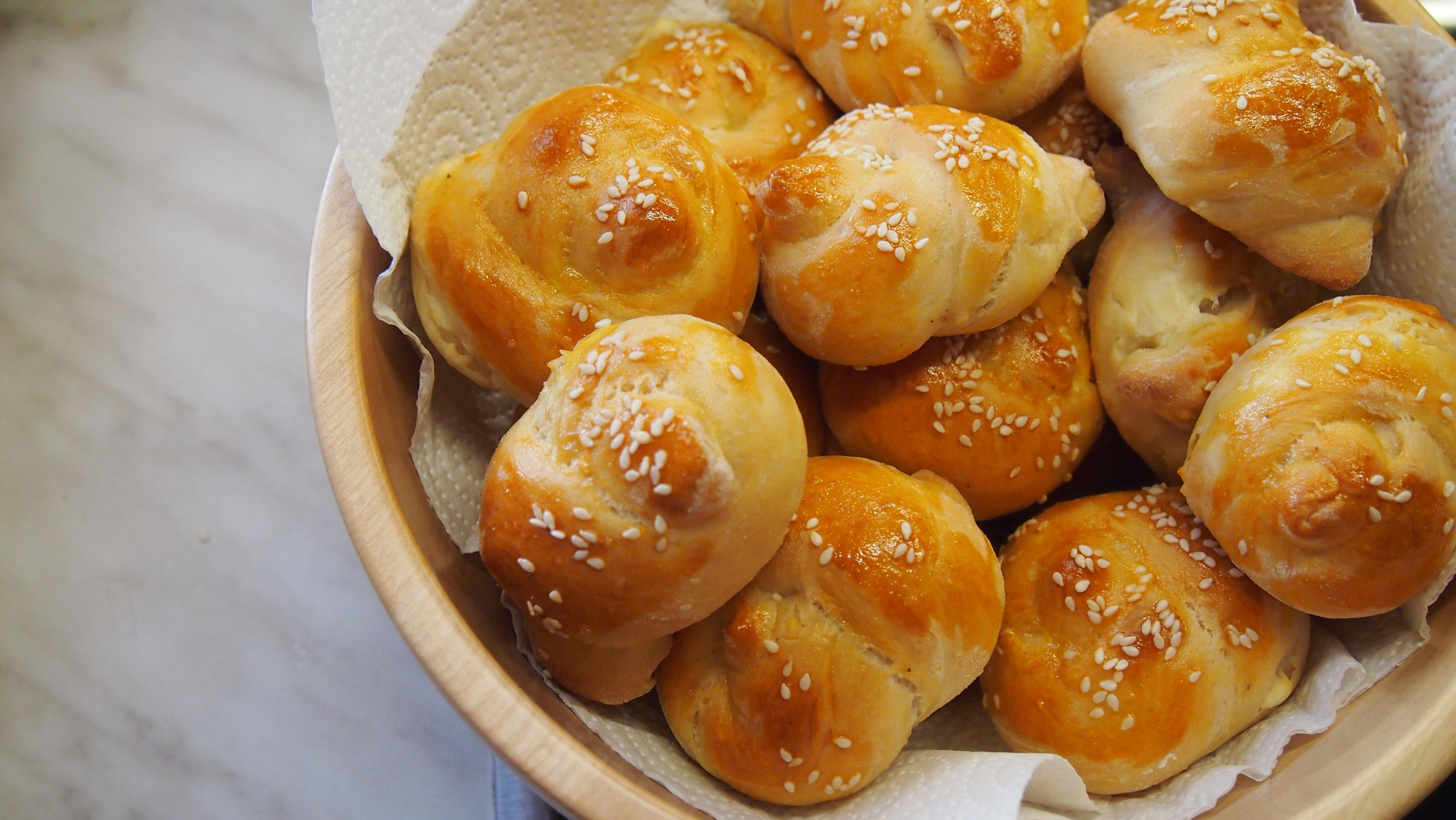 Brötchen mit Schafskäse gefüllt