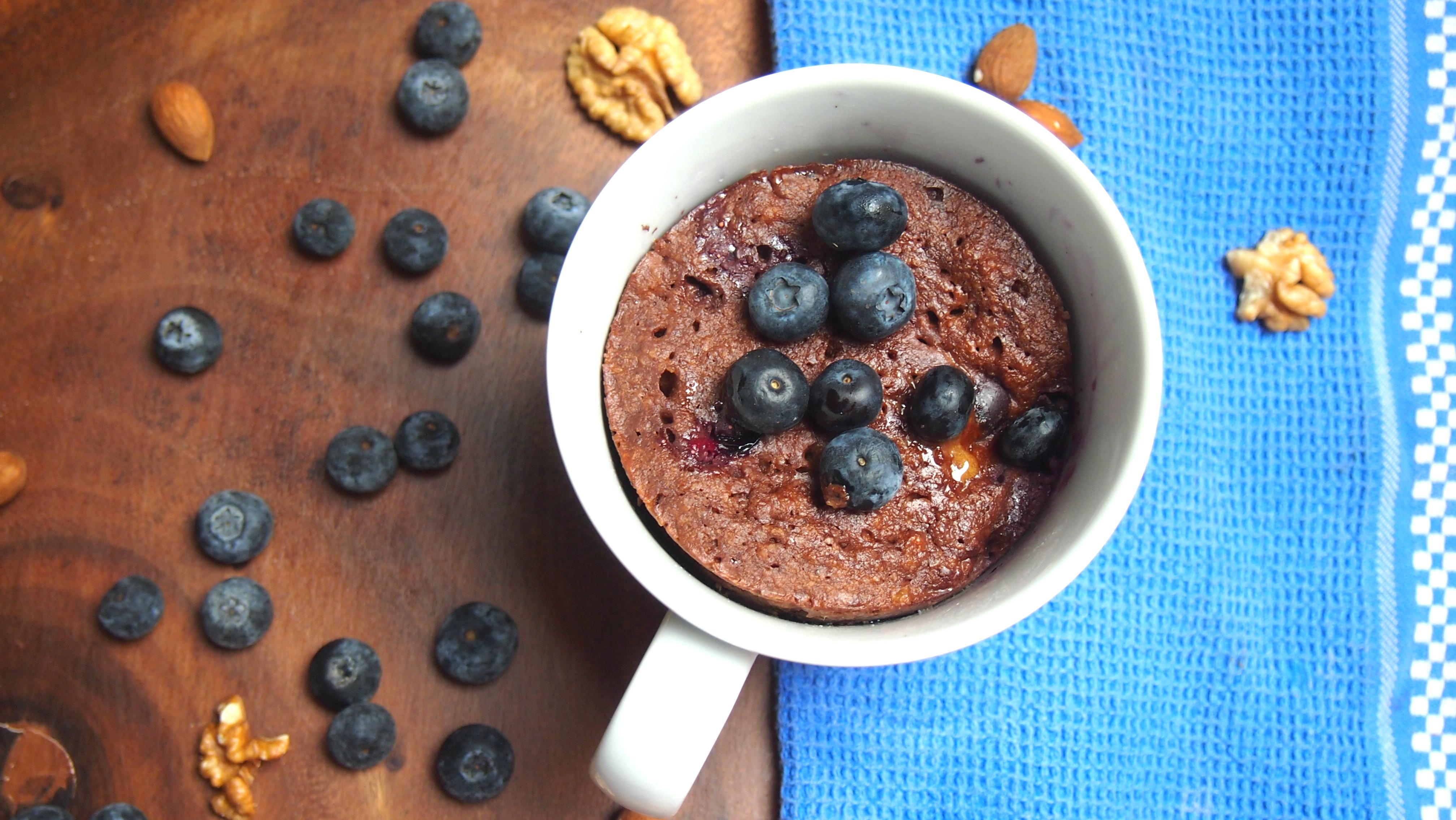 Schokoladiger Tassenkuchen mit Blaubeeren