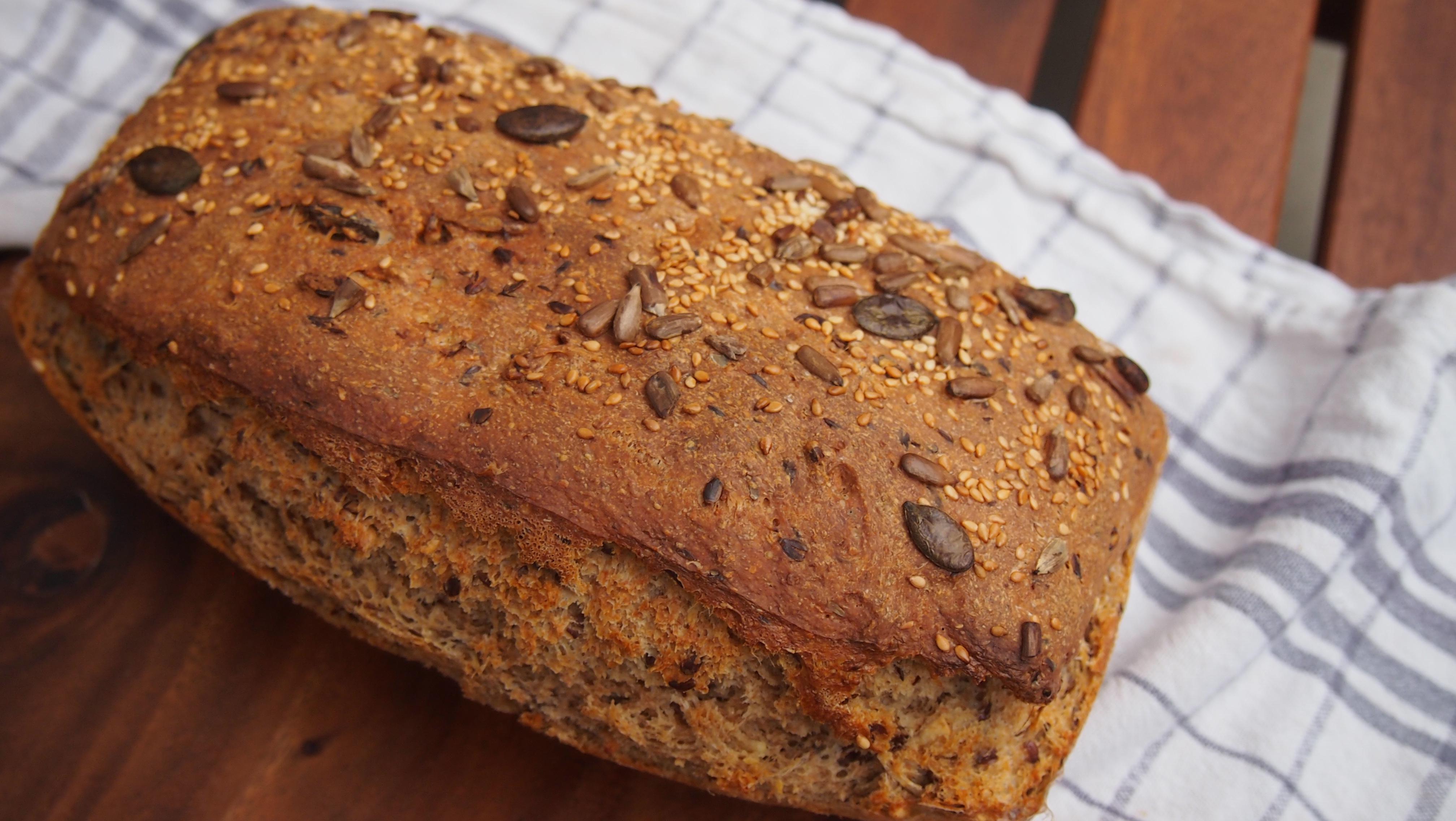 Vollkorn Dinkel Brot mit Sonnenblumenkernen