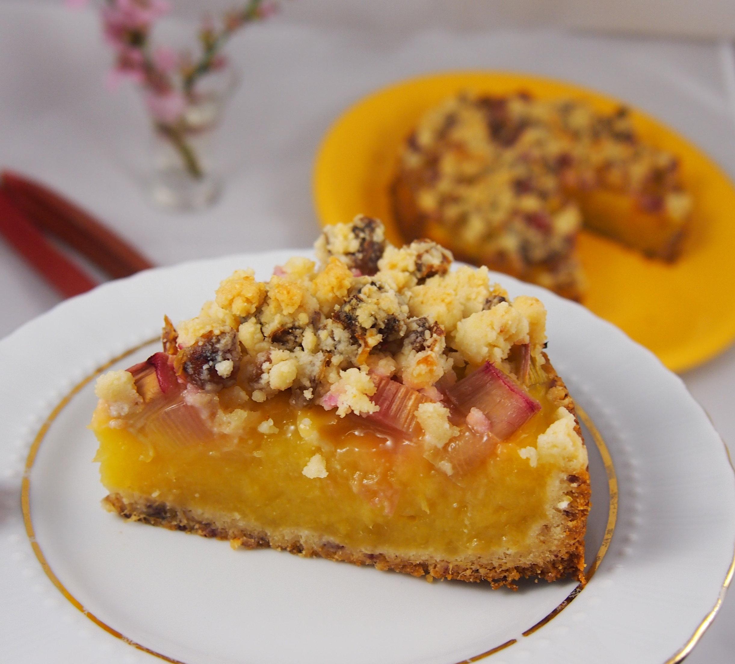 Gesunder Rhabarberkuchen mit Vanillepudding und Streuseln