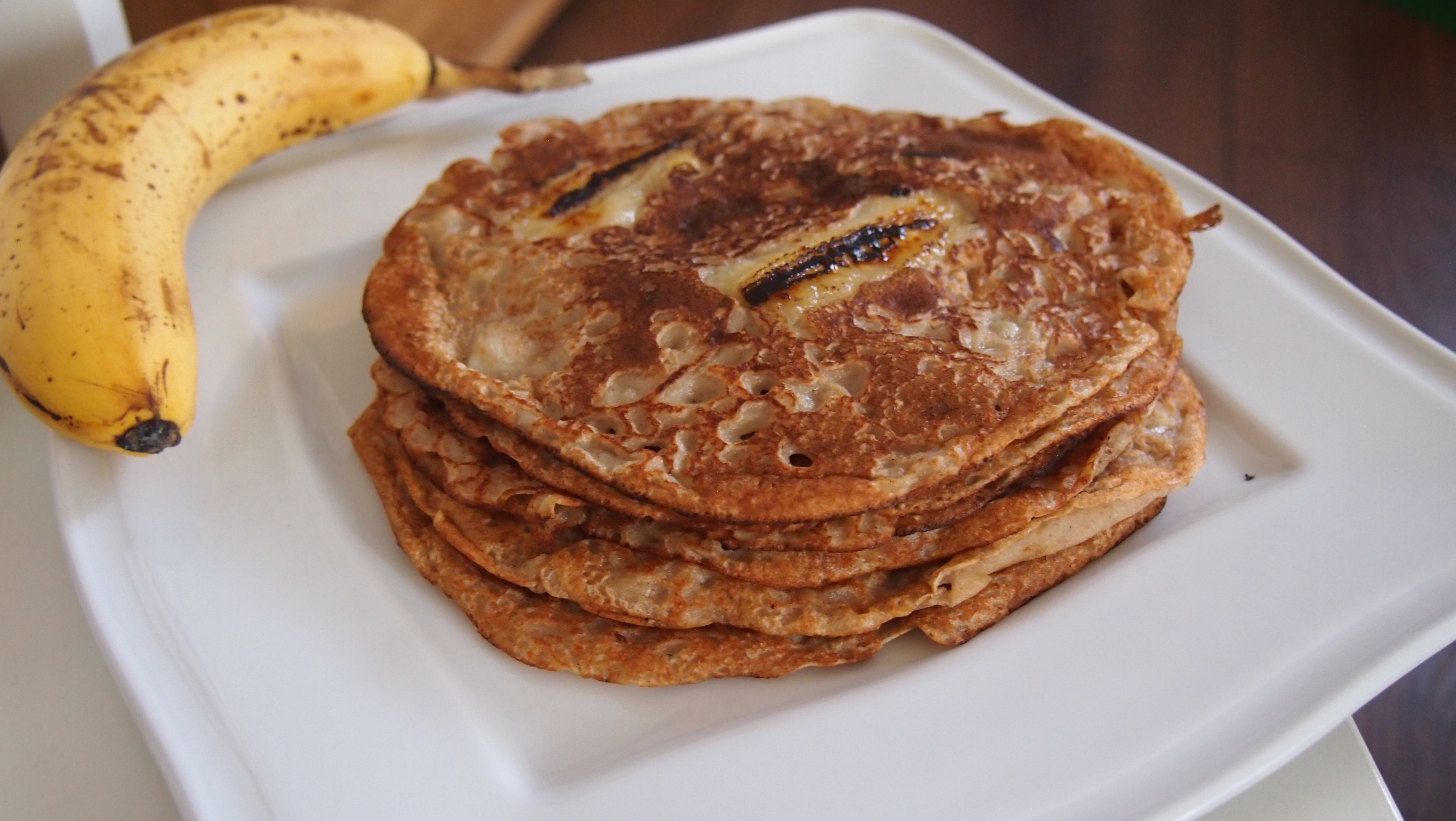 Vegane Pfannkuchen mit gebratener Banane