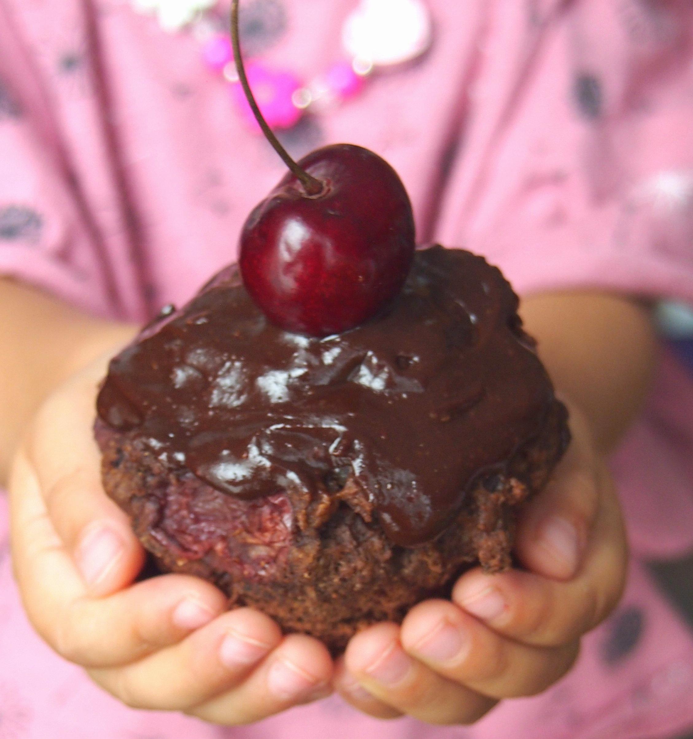 Vegane schokoladige Kirschmuffins ohne raffinierten Zucker