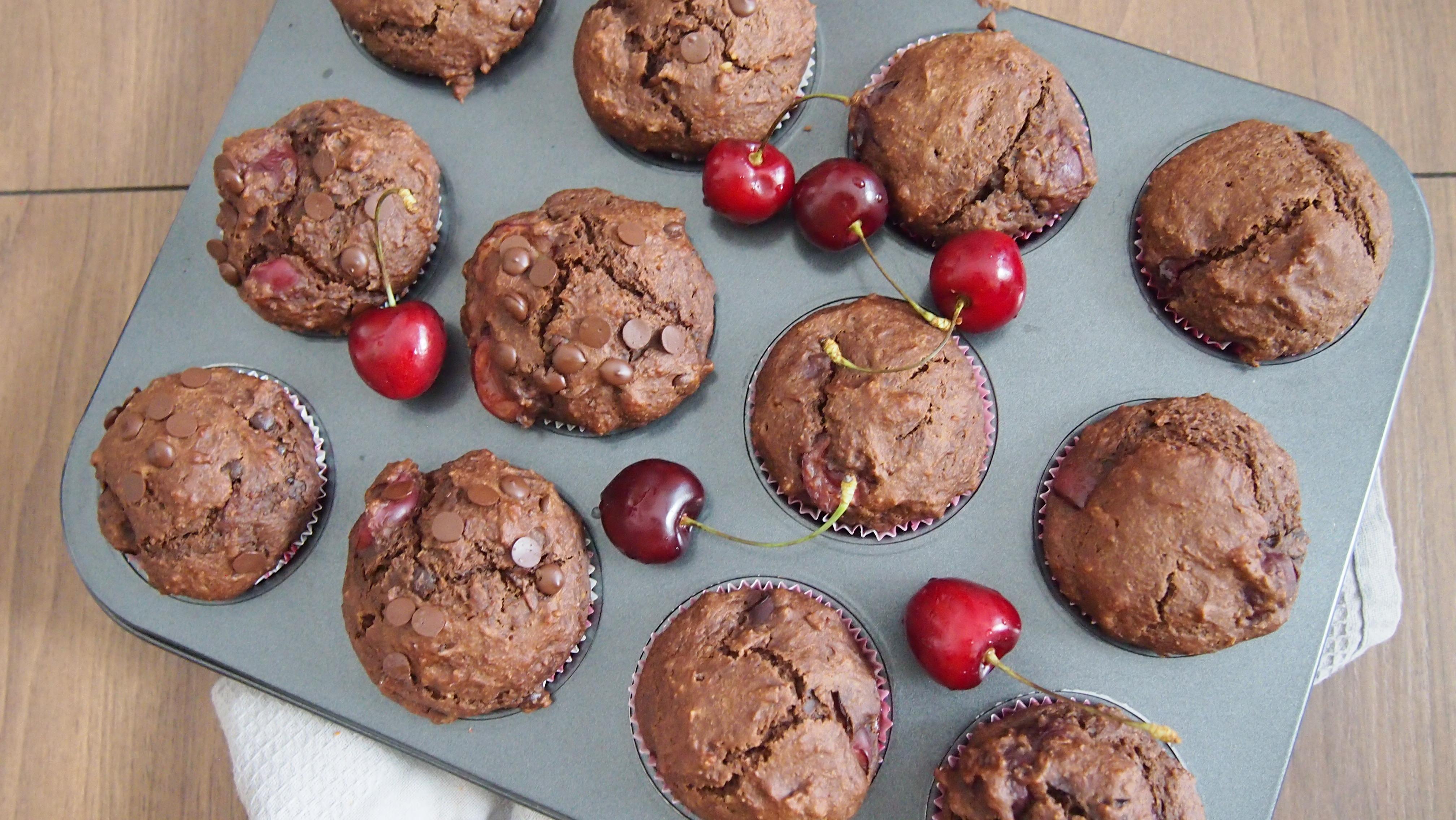 Vegane schokoladige Kirschmuffins ohne Zucker