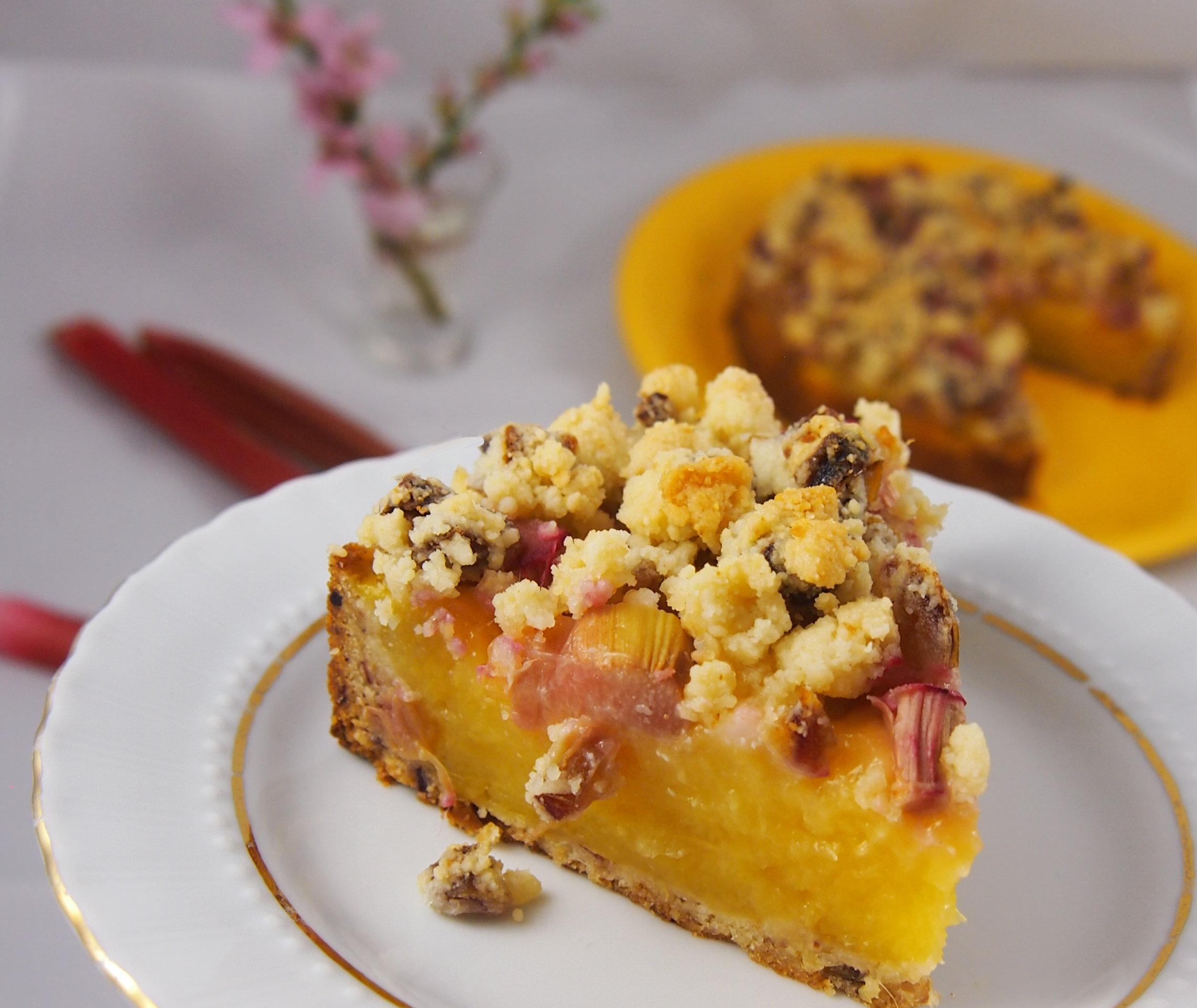 Gesunder Rhabarberkuchen mit Vanillepudding und Streuseln ohne Zucker