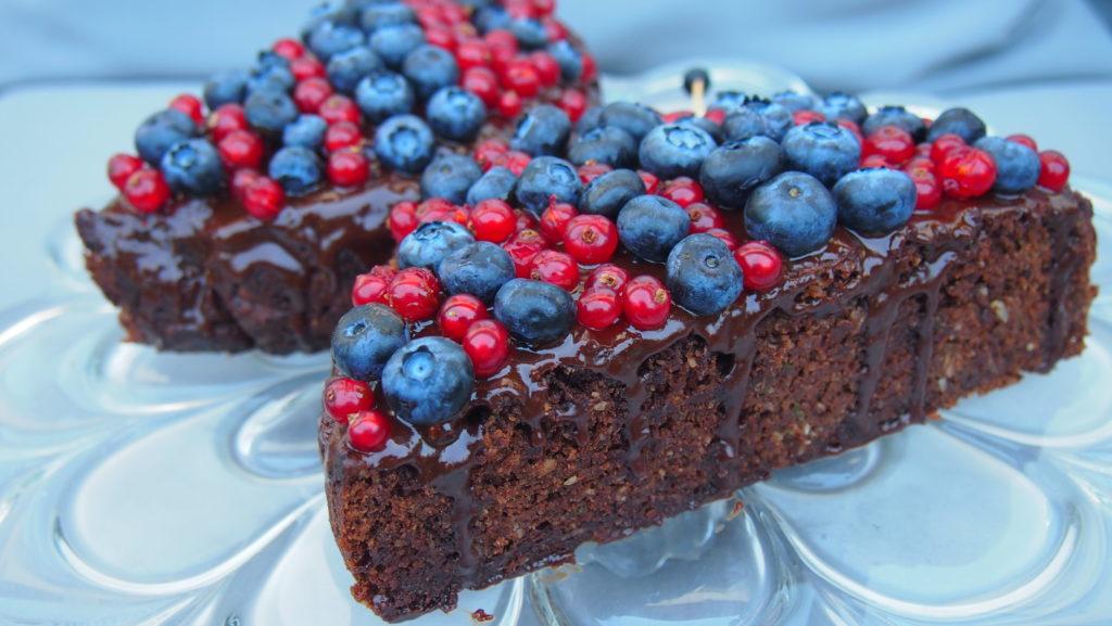Gesunder Zucchinikuchen / Schmetterlingskuchen mit Beeren und selbstgemachter Schokoglasur