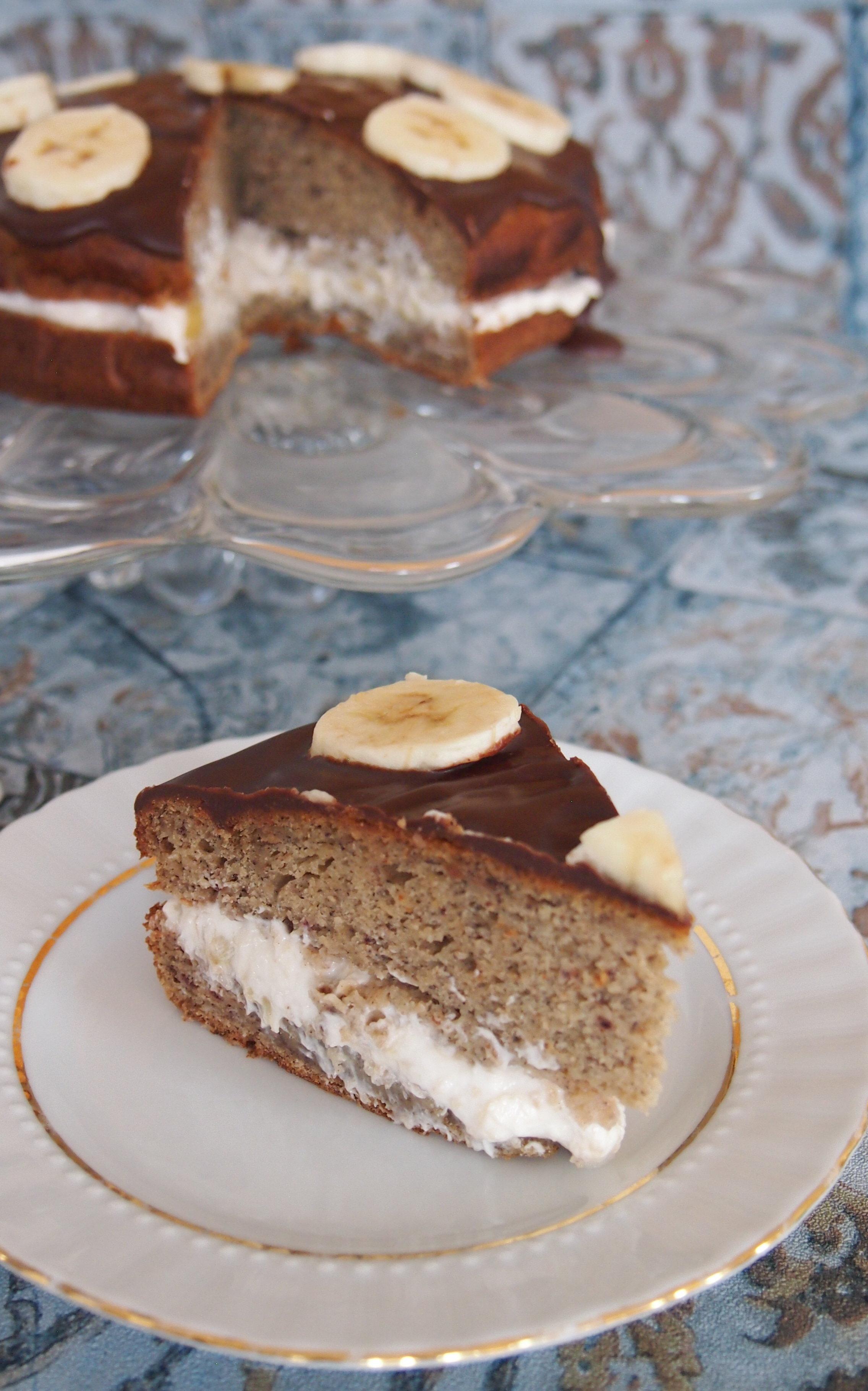 Saftige gesunde Bananentorte ohne raffinierten Zucker mit einer Quarkcreme und einer selbstgemachten Schokoladenglasur