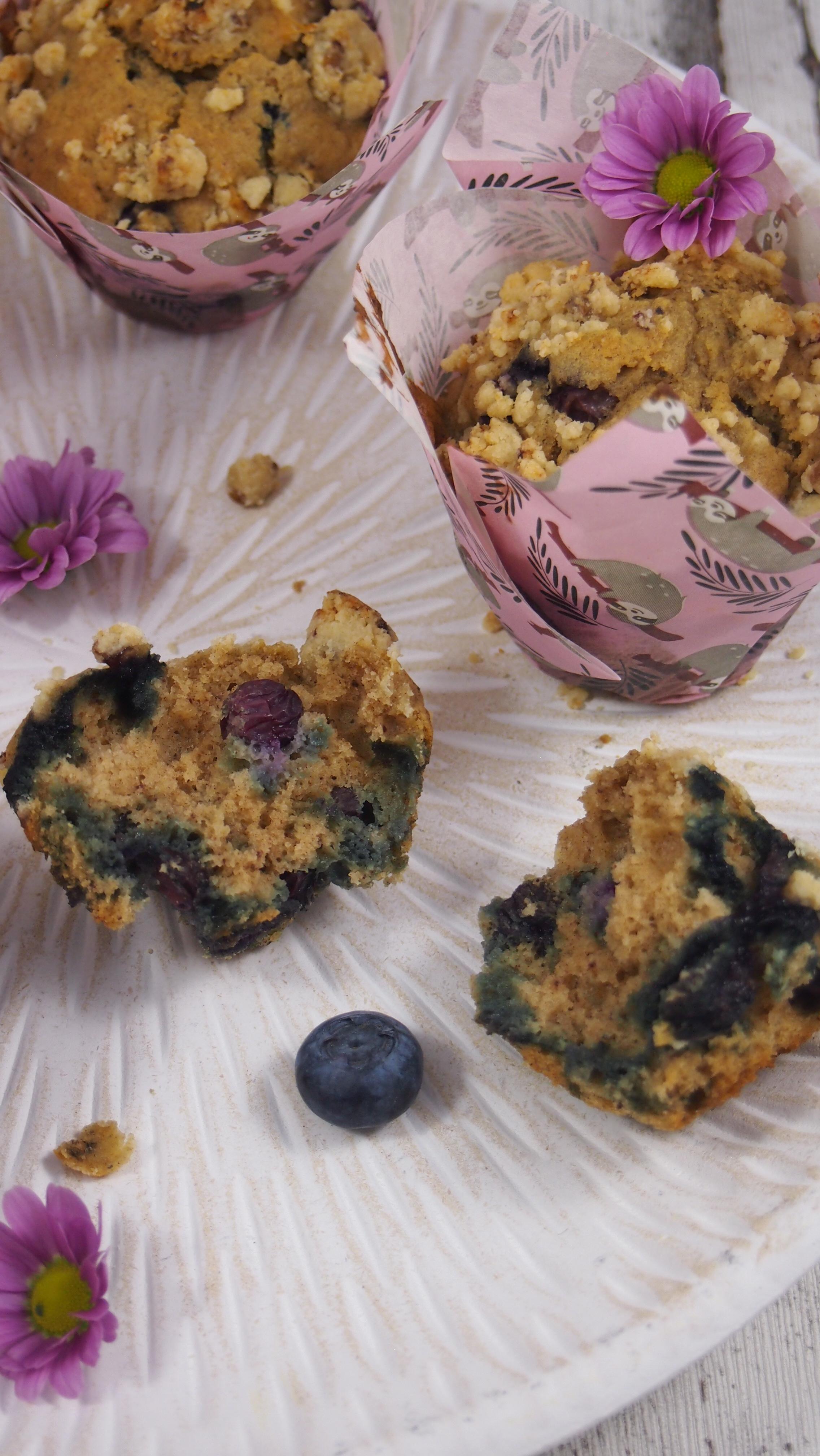 Gesunde Blaubeermuffins mit Streuseln ohne raffinierten Zucker
