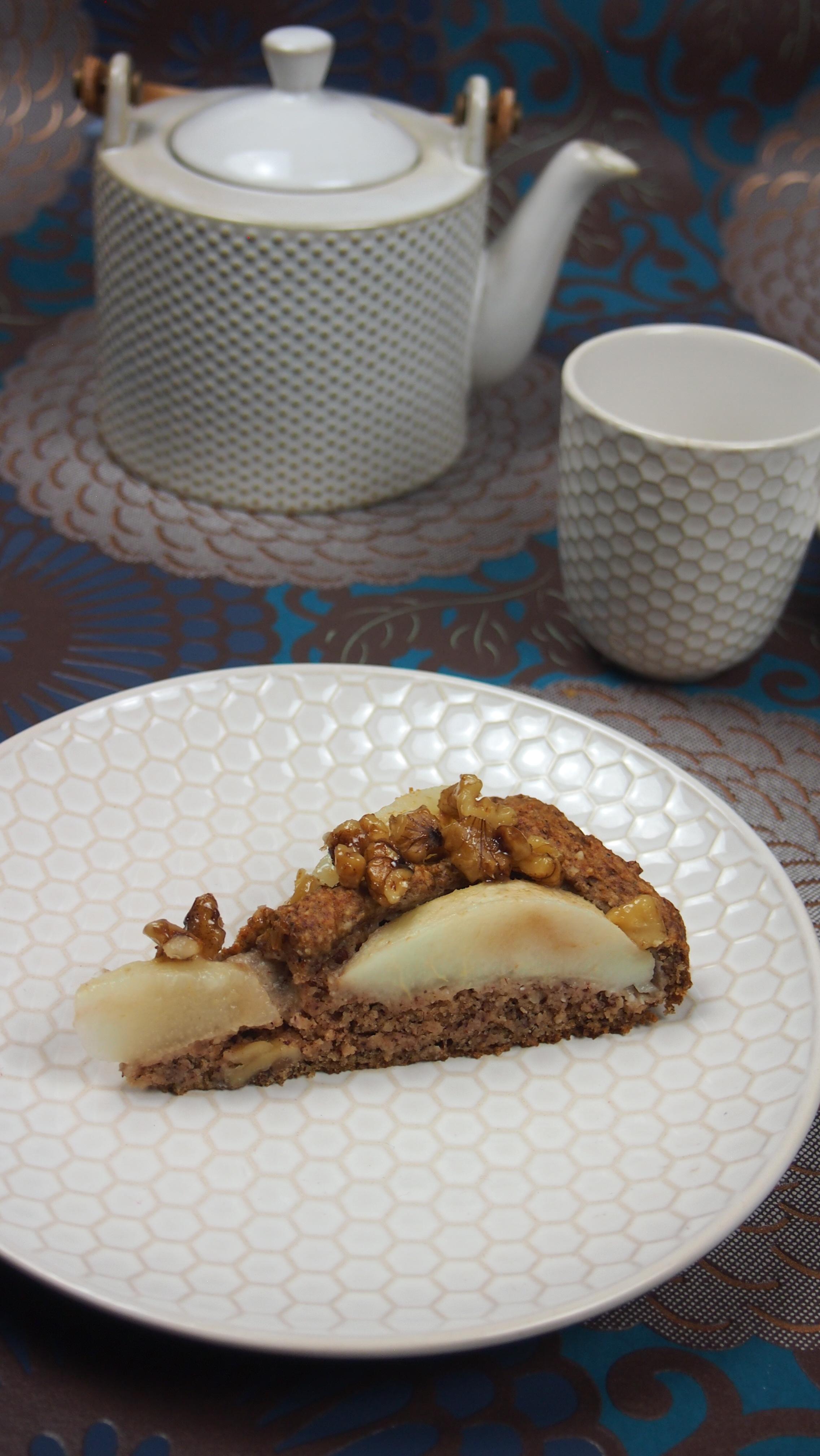 Veganer Birnenkuchen mit karamellisierten Walnüssen