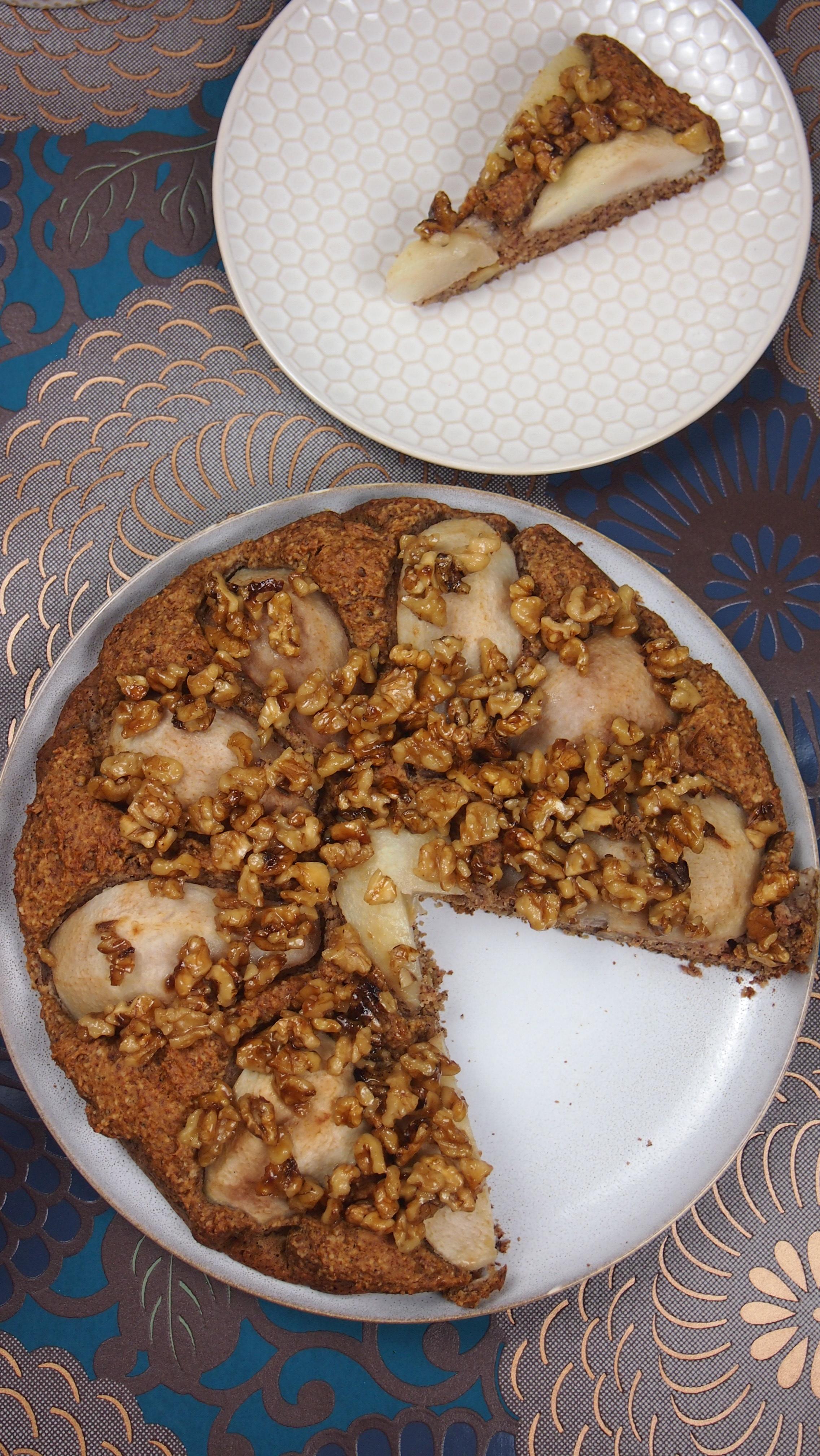 Gesunder veganer Birnenkuchen mit karamellisierten Walnüssen