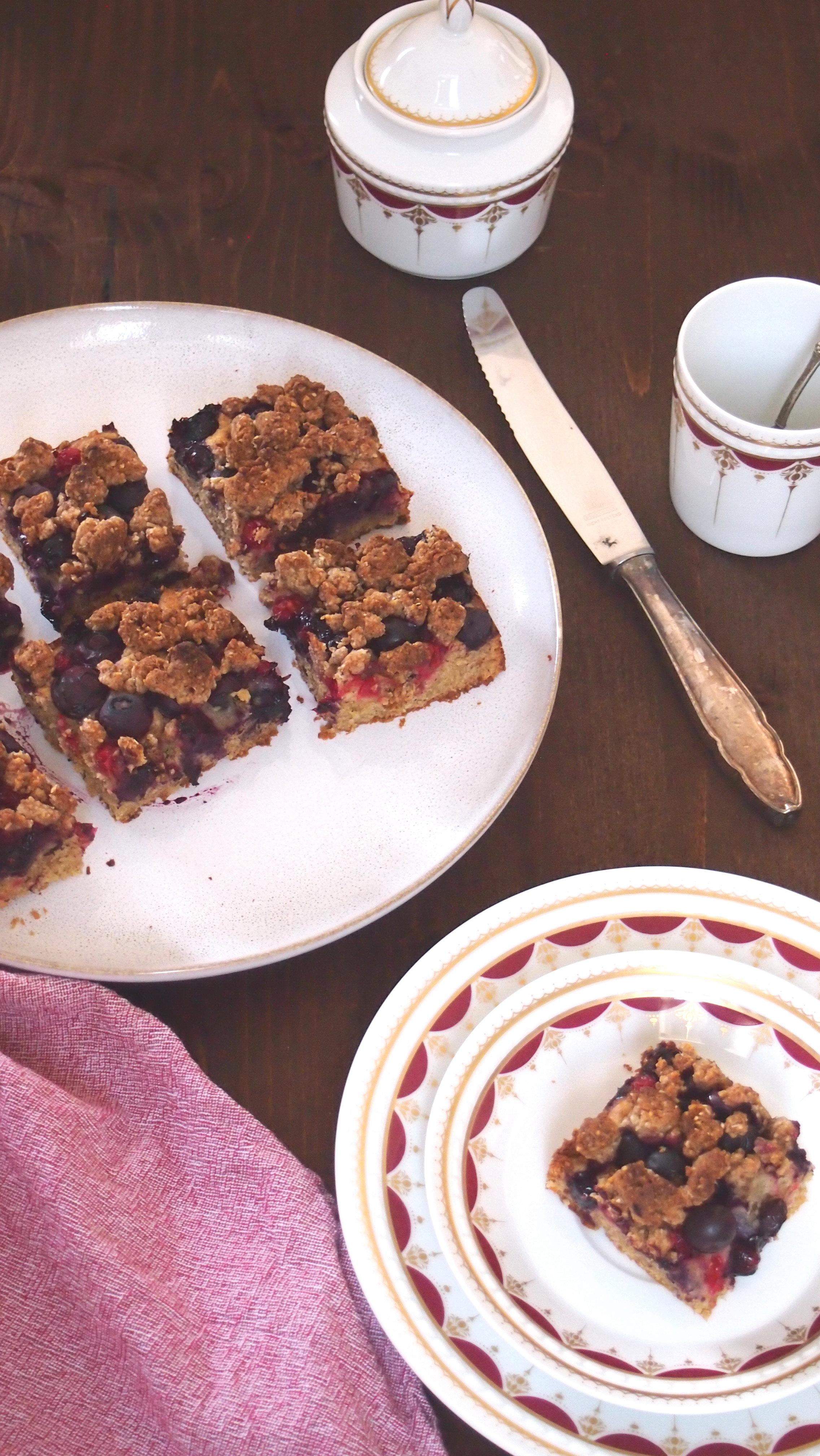 Zuckerfreier gesunder Streuselkuchen mit Beeren