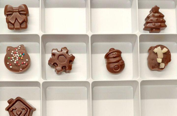 Vegane selbstgemachte Schokolade ohne raffinierten Zucker