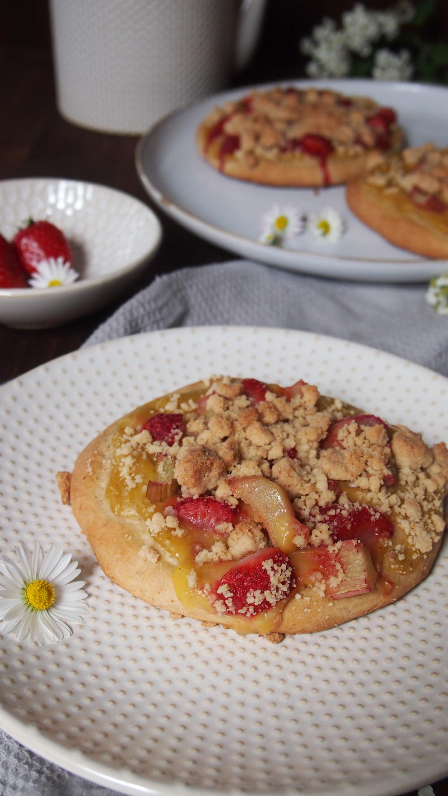 Streuseltaler mit Rhabarber und Pudding (vegan)